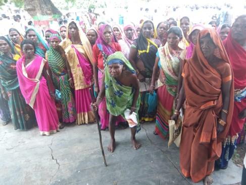 बैगा परिवारों तक नहीं पहुंची उज्जवला योजना, घोघरी गांव के 100 से अधिक परिवार पहुंचे कलेक्ट्रेट