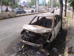 सड़क किनारे खड़ी कार धूधू कर जली, जानिए- सावधानी से कैसे टल सकता है बड़ा हादसा ?