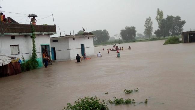 गोटेगांव में बाढ़ के हालात, 24 घंटे में रिकॉर्ड 6 इंच बारिश, लोगों को सुरक्षित स्थानों पर पहुंचाया