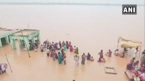वाराणसी में गंगा खतरे के निशान पर, सीएम योगी ने हेलिकॉप्टर से लिया बाढ़ का जायजा