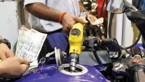 डॉलर के मुकाबले कमजोर हो रहे रुपए के कारण फिर बढ़े पेट्रोल-डीजल के दाम