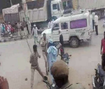 VIDEO : पुलिस पर गांववालों ने किया लाठीचार्ज, थाने के सामने दौड़ा-दौड़ाकर पीटा