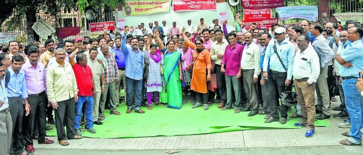 राज्य कर्मचारियों की हड़ताल दूसरे दिन भी जारी, आंदोलन उग्र करने की चेतावनी