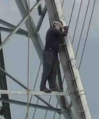 24 घंटे हाईटेंशन लाइन के टॉवर पर चढ़े रहे किसान, लिखित समझौते के बाद खत्म हुआ ड्रामा