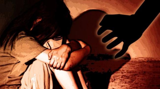 वृद्ध ने किया मासूम से दुराचार ; घर पर थी अकेली - पिता पर हमला कर भागा आरोपी