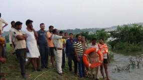 सुजारा बांध के गेट खुलने से आई बाढ़ में चार लोग फंसे - पेड़ पर चढ़कर बचाई जान