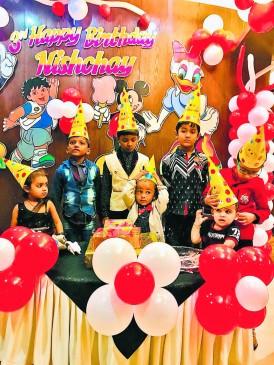 दैनिक भास्कर बर्थ-डे इवेंट में केक पर कार्टून कैरेक्टर देख खुश हुए बच्चे