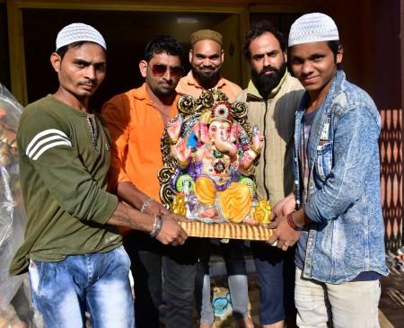 महाराष्ट्र : यहां दिखी गंगा-जमुनी तहजीब, मुस्लिम युवाओं ने बैठाए गणपति बप्पा