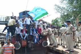 भारत बंद : कटनी में NSUI कार्यकर्ताओं ने रोकी ट्रेन, बंद का रहा मिला-जुला असर