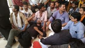 पिछड़ा वर्ग महाकुंभ : CM को काले झंडे दिखा रहे प्रदर्शनकारियों पर लाठीचार्ज, जमकर हुआ पथराव