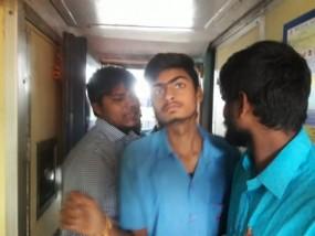 ट्रेन में अकेली युवती से छेड़खानी, युवकों ने यात्रियों के साथ की मारपीट