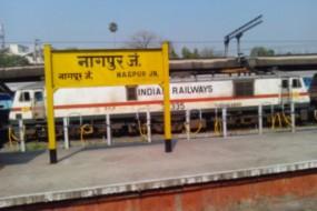 स्टेशन पर बेफिक्र सो रहा था यात्री, RPFने जगाकर लौटाया चोरी हुआ मोबाइल