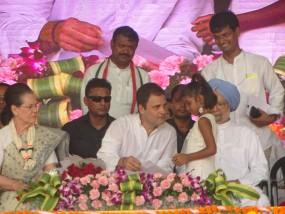 बच्ची को हाथ हिलाते देख राहुल ने मंच पर बुलाया, सोनिया ने दी चॉकलेट, फिर मोदी पर साधे 10 बड़े निशाने