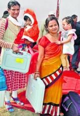 चुनाव ड्यूटी: गोद में बेटा और हाथ में ईवीएम, फिर भी उत्साह में कमी नहीं
