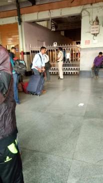 सुरक्षा कारण से नागपुर स्टेशन में आने-जाने का एक ही डोर खुला, यात्री हुए परेशान