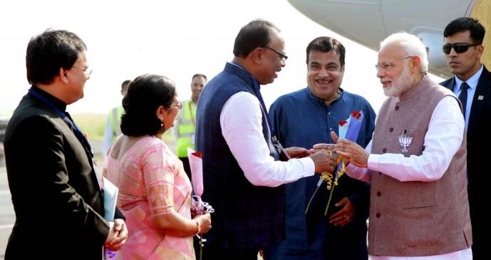नागपुर हवाई अड्डे पर गडकरी, पालकमंत्री और महापौर ने किया पीएम मोदी का स्वागत