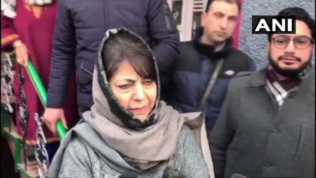 आतंकी के परिजनों से मिलीं महबूबा, कहा- कश्मीर को युद्ध क्षेत्र नहीं बनने दूंगी