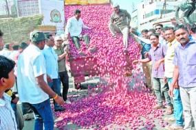 डेढ़ रुपए किलो प्याज, सरकार के दाम से बिफरे किसान, सड़कों पर फेंक कर जताया विरोध