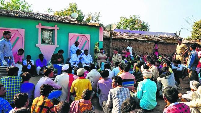 पुलिस से झड़प में 50 आदिवासी घायल, आंसू गैस के गोले छोड़ने के बाद जंगल से आए बाहर