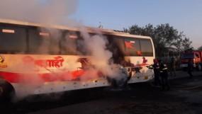 शिवशाही बस में लगी आग, यात्री जान बचाकर निकले, आधा घंटा धधकती रही बस