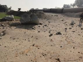 ब्लास्टिंग से किसान घायल, नहर निर्माण के लिए तोड़ रहे हैं चट्टान