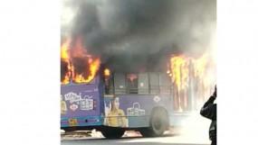 चलती बस में लगी आग, ड्राइवर ने यात्रियों को सुरक्षित नीचे उतारा