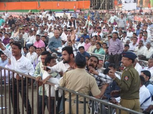 गृहमंत्रीराजनाथ सिंह की मौजूदगी में उठी अलग विदर्भ की मांग, युवकों ने फेंके पर्चे