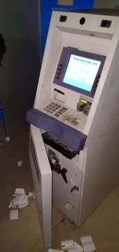 पुलिस पेट्रोलिंग को धता बता ATM काटकर 10 लाख की चपत लगा गए चोर