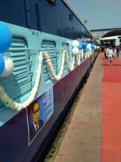नागपुर स्टेशन से सफेद- नीले गुब्बारों से सज-धज कर निकली समानता एक्सप्रेस