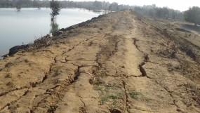 नहीं हुई पिचिंग, 6 करोड़ के बांध की मेढ़ में फूटने लगे दर्रे