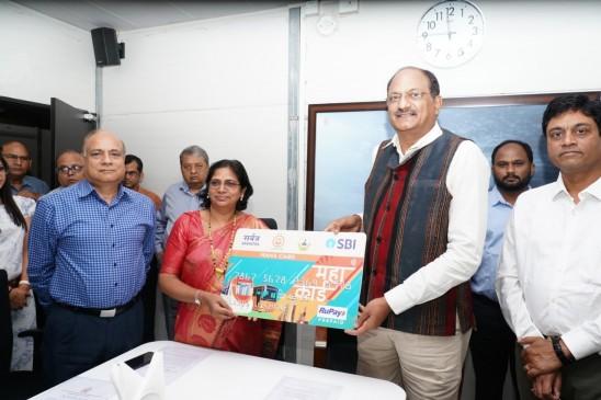 मेट्रो ने लॉन्च किया महाकार्ड, पहला कार्ड दिया महापौर को