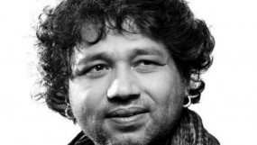 कैलाश खेर ने शहीद के परिजनों को 5-5 लाख रुपये के चेक दिए