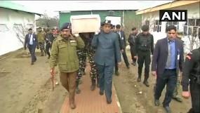गृहमंत्री राजनाथ ने शहीद CRPF जवानों को दिया कंधा, घायलों से भी की मुलाकात