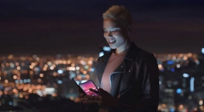 प्रमोशनल वीडियो में दिखा सैमसंग का फोल्डेबल स्मार्टफोन, रेंडर इमेज भी लीक