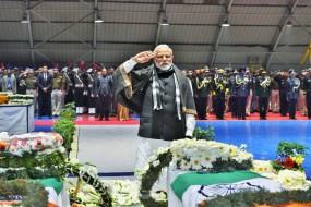 दिल्ली में पार्थिव शरीरों की परिक्रमा कर पीएम मोदी ने दी शहीदों को श्रद्धांजलि