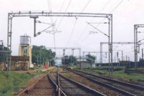 ट्रेन का ओवरहेड वायर पकड़कर खुदकुशी की कोशिश, बिजली काट बचाई गई जान
