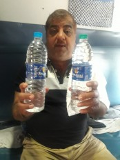 रेलवे में नकली पानी का भंडाफोड़, नागपुर के यात्रियों ने पेट्रीकार स्टाफ को पकड़ा रंगेहाथ