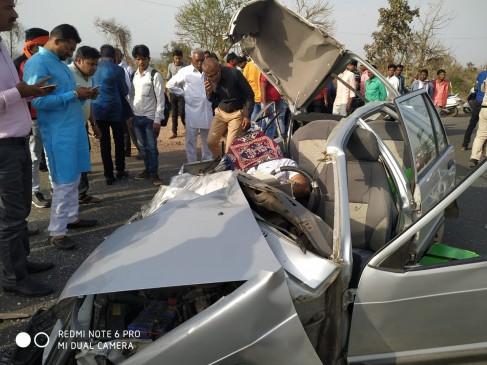 मारूती 800 कार के परखच्चे उड़े , ट्रक चेचिस से टकराने से युवक की मौत, दो गंभीर