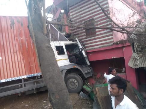 दीवार तोड़कर घर में घुसा ट्रक, स्टीयरिंग में दो घंटे से ज्यादा फंसा रहा चालक