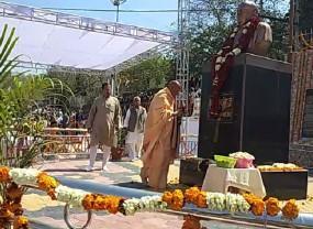 मंत्रोच्चार के साथ अवधेशानंद गिरि ने किया स्व. कुं. अर्जुन सिंह की प्रतिमा का अनावरण