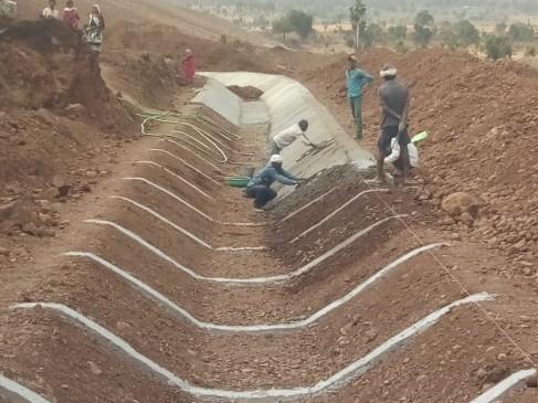 केलमनिया नहर में गड़बड़ी का आरोप , मिट्टी के ऊपर लगा रहे सीमेंट का लेप