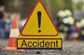 ट्रक में घुसी बाइक, दो की मौत, सुपरवाइजर को वाहन ने रौंदा