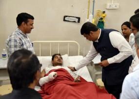 हादसे पर सियासत : महापौर-आयुक्त को हटाने की मांग, घायलों से मिले सीएम, प्राथमिक रिपोर्ट में बीएमसी जिम्मेदार