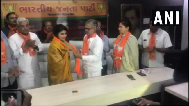 क्रिकेटर रवींद्र जडेजा की पत्नी उतरी राजनीति के मैदान में, थामा भाजपा का हाथ