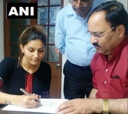 सपना चौधरी कांग्रेस में शामिल, हेमा मालिनी के खिलाफ लड़ सकती हैं चुनाव