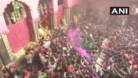 मंदिरों में भीड़, होली पर गोकुल में फूलों से सजे भगवान कृष्ण