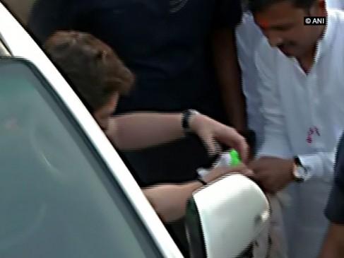 प्रियंका गांधी की दरियादिली, घायल कार्यकर्ता के घाव पर बांधी पट्टी
