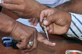 नाव से मतदान करने आते हैं इस गांव के मतदाता, आजतक नहीं बना रास्ता