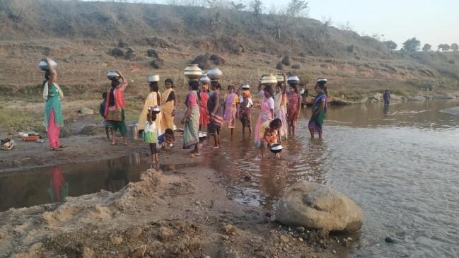 नदी के दूषित पानी से बुझा रहे प्यास - देवरीदादर के नदी टोला की समस्या