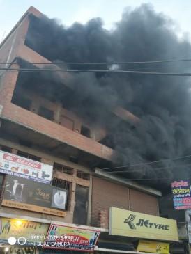 टायर गोदाम में लगी भीषण आग, लाखों का माल जलकर हुआ खाक